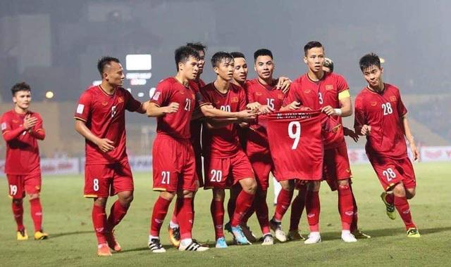 Những tuyển thủ Việt Nam giơ áo của Văn Toàn khi ăn mừng. Đó là hành động để an ủi người đồng đội