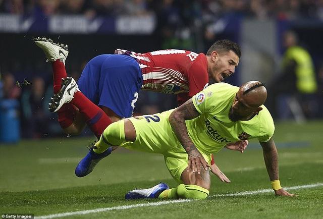 Vidal chơi đầy máu lửa ở giữa sân
