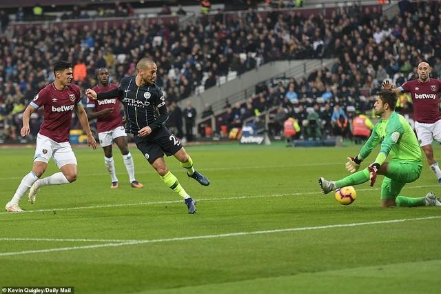 Silva mở tỉ số cho Man City khi trận đấu vừa qua 10 phút