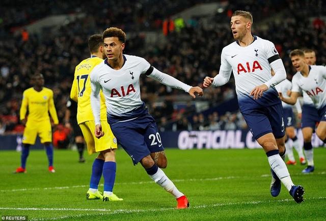 Alli (trái) mở tỉ số trận đấu ngay phút thứ 8