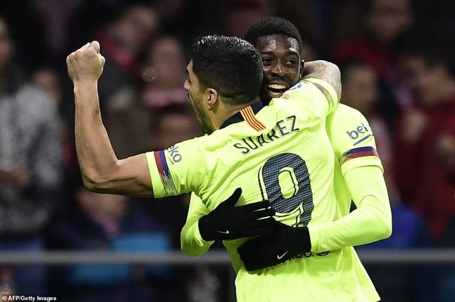 ... Luis Suarez lần lượt chia vui với Dembele