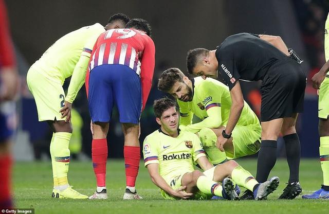 Sergi Roberto bị đau sau tình huống va chạm
