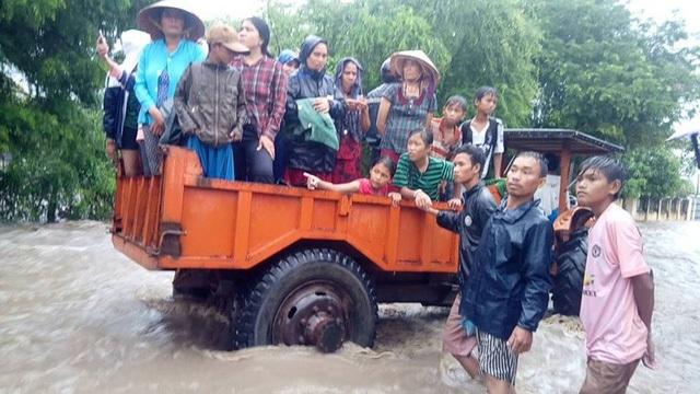 Người dân thôn Mỹ Nghiệp- thị trấn Phước Dân- Ninh Phước được di dời ra khỏi vùng lũ.