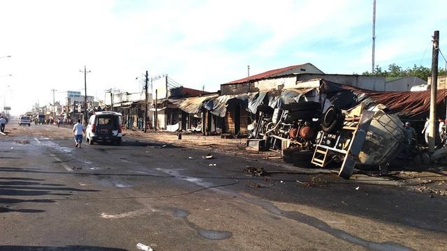 Chiếc xe bồn chở xăng dầu bốc cháy sau tai nạn gây nên sự cố nghiêm trọng vào sáng 22/11 làm 6 người tử vong, 2 người bị thương cùng 19 căn nhà bị cháy (Ảnh: Trung Kiên)