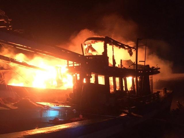 Tàu tránh bão bốc cháy trong đêm (ảnh Nguyễn Sự)