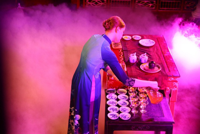 Nghệ nhân Kola dùng Bạch trà Hà Giang Mix cùng rượu Đại Nam Thái Y Viện