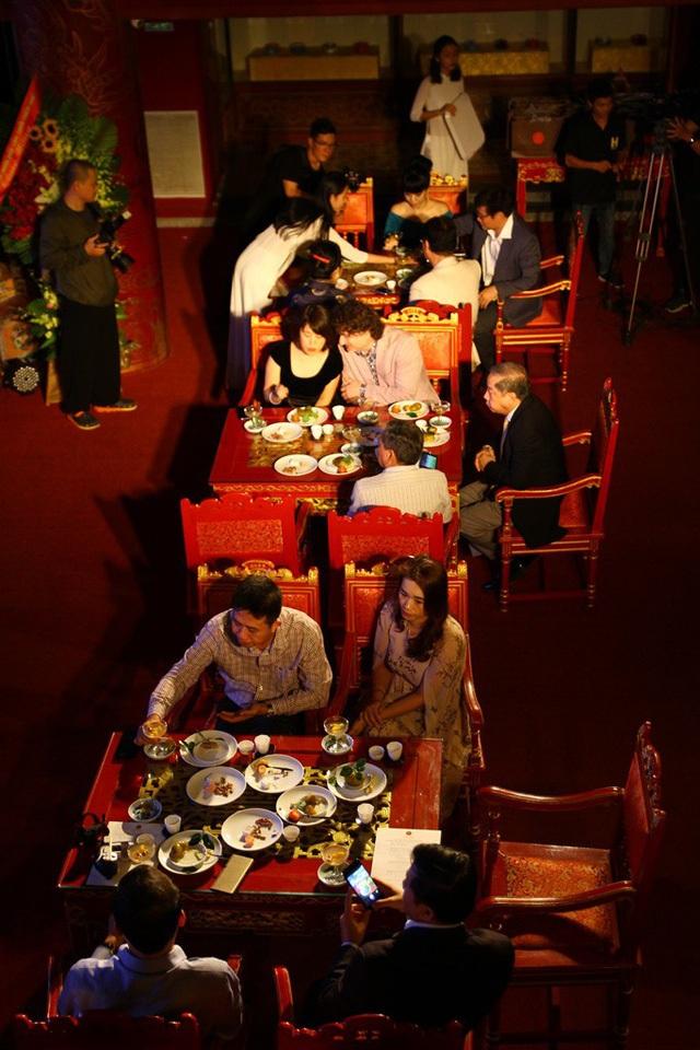 Các khách thưởng thức trà và thả hồn trong không gian cung đình xưa