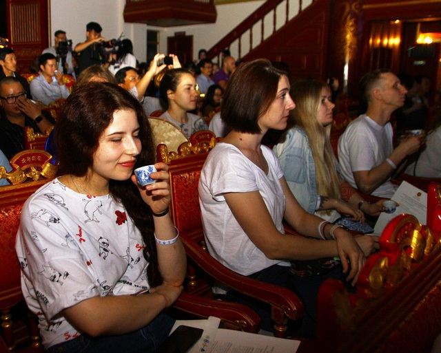 Các du khách nước ngoài và các nghệ nhân trà từ 15 quốc gia thưởng trà