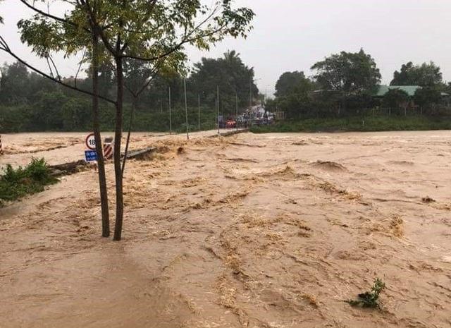 Mưa lũ đêm qua đến sáng 25/11 khiến huyện miền núi Khánh Sơn, Khánh Hòa bị ngập nặng ở các cầu tràn