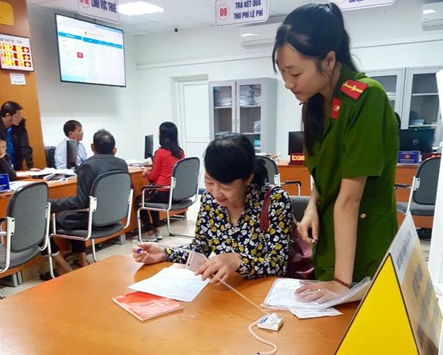 Lực lượng Công an thành phố Hà Tĩnh lấy ý kiến từ những người dân tại các cơ quan, đơn vị trên địa bàn.