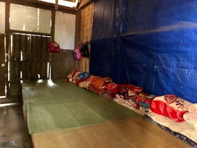 Nhóm Niềm tin đã đến thăm nơi ở bán trú, bếp ăn, phòng học, nơi sinh hoạt của các em học sinh Trường Tiểu học Tà Cạ.
