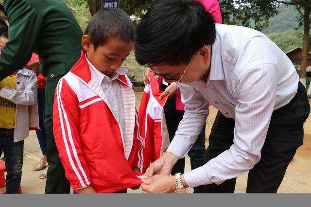 Ông Nguyễn Văn Thông - Phó Bí thư Tỉnh ủy Nghệ An tặng áo ấm cho các em học sinh Trường Tiểu học Tà Cạ.