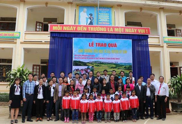 Các em học sinh Trường Tiểu học đón nhận áo ấm mùa đông của nhóm Niềm tin.