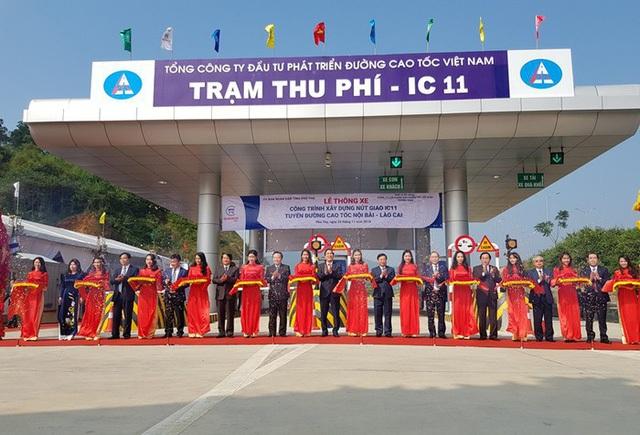 Phó Chủ tịch Quốc hội Phùng Quốc Hiển cùng lãnh đạo tỉnh Phú Thọ cắt băng khánh thành nút giao IC-11