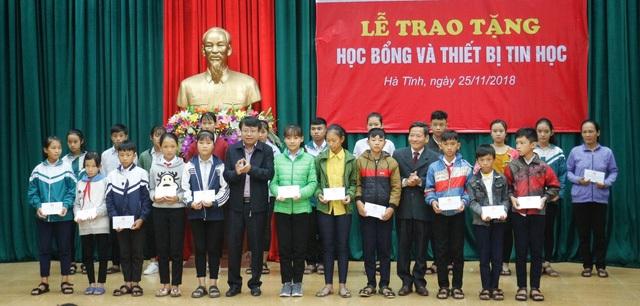 Lãnh đạo tỉnh và Hội Khuyến học Hà Tĩnh trao học bổng cho các em học sinh.