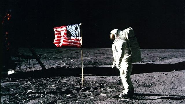 Phi hành gia Buzz Aldrin chào cờ Mỹ trên mặt trăng (Ảnh: NASA)