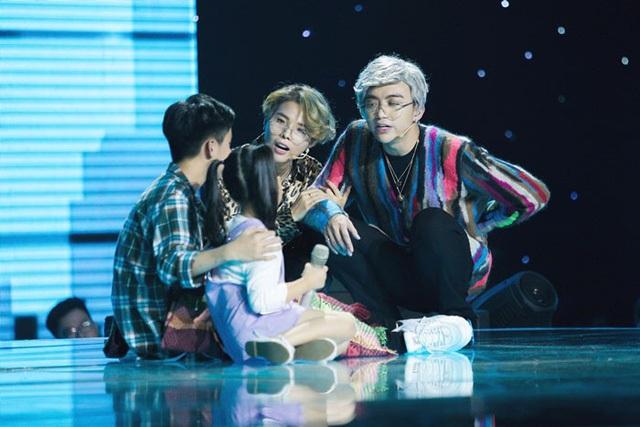Vũ Cát Tường- Soobin Hoàng Sơn buồn rũ rượi nhìn học trò ôm nhau khóc - 5
