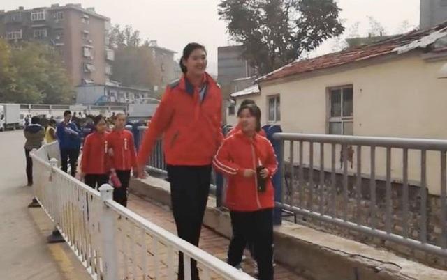 Thật khó để tin Zhang mới chỉ là học sinh lớp sáu khi cô bé 11 tuổi cao tới 6 feet 7 inches (2,1 mét)