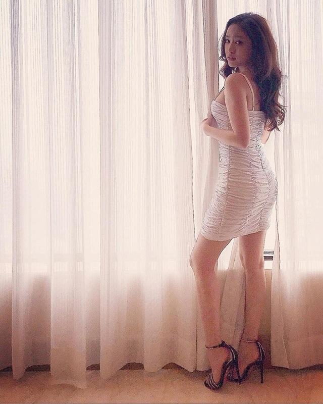 Hình ảnh chụp lén cho thấy rõ, hot girl Cà Mau không hề trắng trẻo và gợi cảm như trong hình nghệ thuật.