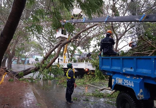 Sài Gòn ngập khắp nơi, cây đổ đè người đi đường tử vong - 24