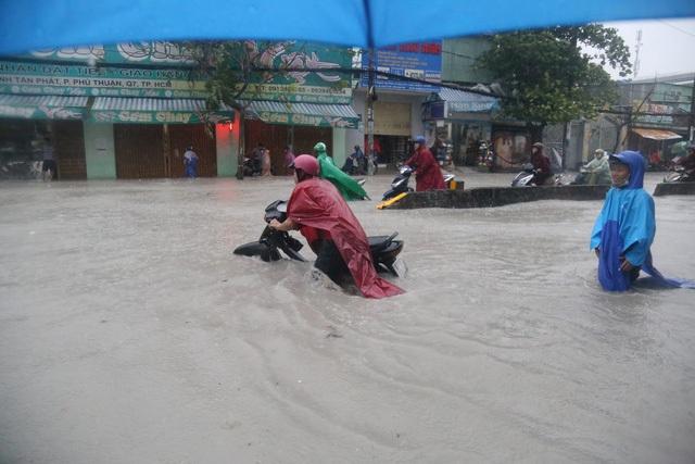 Sài Gòn ngập khắp nơi, cây đổ đè người đi đường tử vong - 19