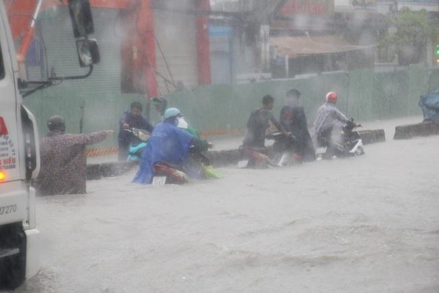 Các tuyến đường ở TPHCM ngập nặng sau cơn mưa chiều 25/11