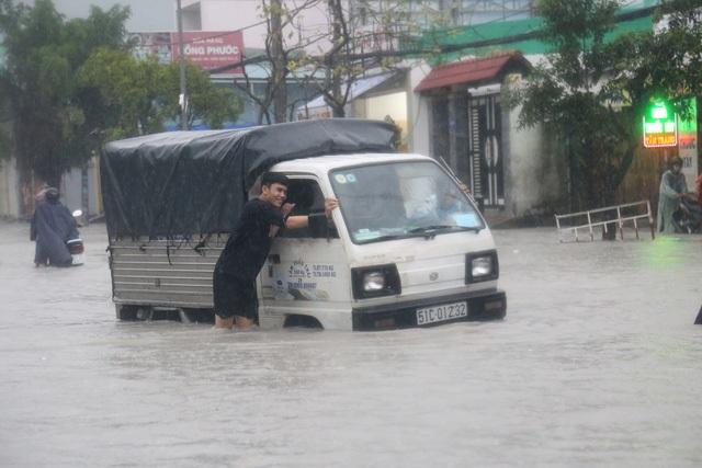 Sài Gòn ngập khắp nơi, cây đổ đè người đi đường tử vong - 15