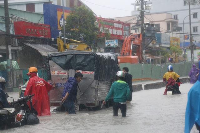 Sài Gòn ngập khắp nơi, cây đổ đè người đi đường tử vong - 14