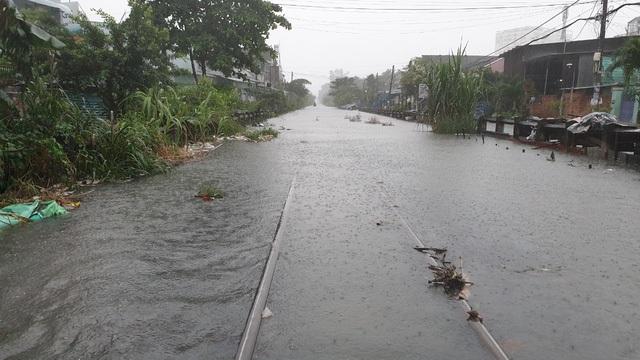 Đường sắt Bắc Nam đoạn qua quận Thủ Đức bị ngập sâu