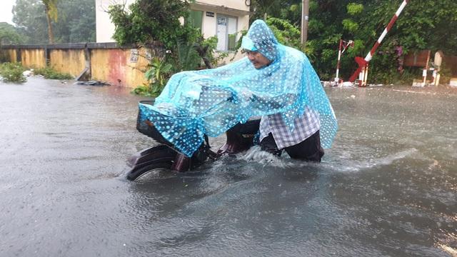 Sài Gòn ngập khắp nơi, cây đổ đè người đi đường tử vong - 12