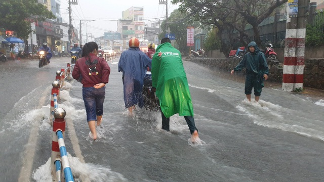 Nước chảy cuồn cuộn trên đường Tô Ngọc Vân
