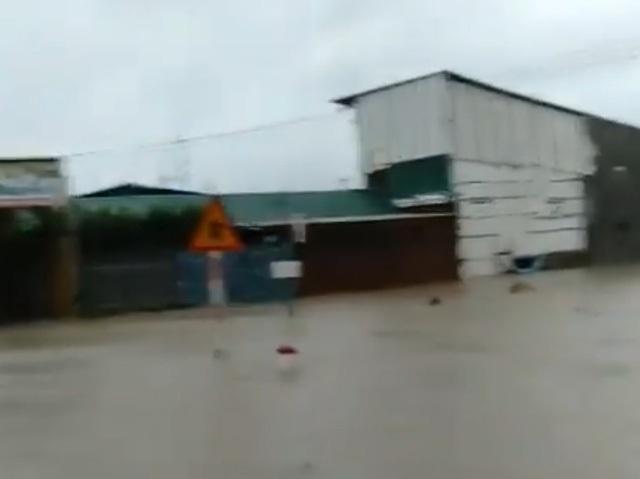 Nhiều nhà dân ven quốc lộ 1 đoạn qua TP Cam Ranh bị ngập nặng sáng nay 25/11 (Ảnh: cắt từ clip người dân)