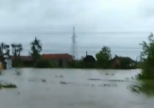 Mưa lớn khiến Nam Cam Ranh ngập nặng, đường đi miền núi tê liệt - 2