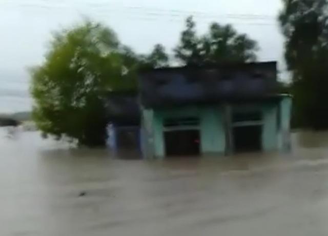 Theo lãnh đạo TP Cam Ranh, từ đêm qua đến sáng nay phía nam thành phố này mưa to, gây ngập lụt nhiều nơi (Ảnh: cắt từ clip người dân)