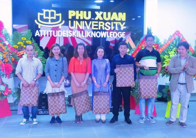 Cũng trong dịp này, nhà trường đã tặng quà, vinh danh cựu sinh viên có nhiều đóng góp cho trường ĐH Phú Xuân