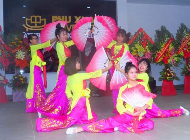 Những tiết mục văn nghệ đặc sắc của sinh viên Trường ĐH Phú Xuân chào mừng buổi lễ