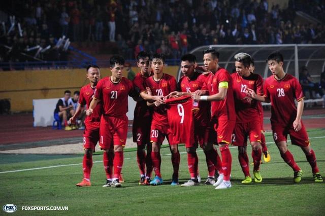 Các cầu thủ Việt Nam giơ áo số 9 của Văn Toàn sau khi mở tỷ số vào lưới Campuchia