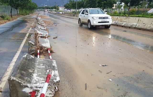 Đại lộ Nguyễn Tất Thành đường đi sân bay Cam Ranh cũng bị hư hỏng con lươn ở nhiều đoạn, sạt lở trên đèo (Ảnh: CTV)