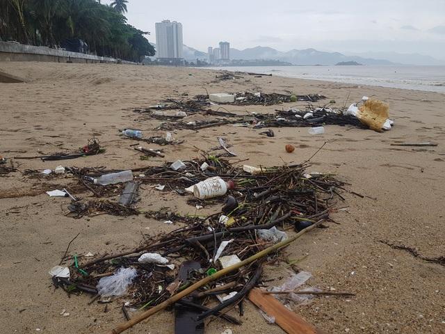 """Nha Trang: Bãi biển bị rác từ thượng nguồn """"tấn công"""" sau mưa lũ - 1"""