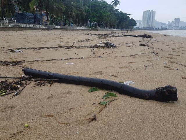 """Nha Trang: Bãi biển bị rác từ thượng nguồn """"tấn công"""" sau mưa lũ - 3"""