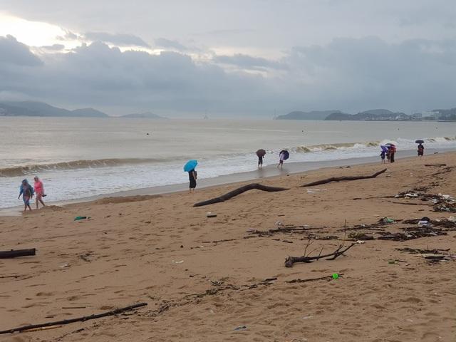 """Nha Trang: Bãi biển bị rác từ thượng nguồn """"tấn công"""" sau mưa lũ - 6"""
