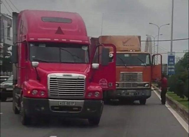 Tài xế container cầm đao đe dọa khiến đồng nghiệp phải quỳ lạy xin tha - 1