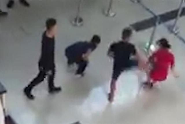 Đối tượng tát và đạp ngã nữ nhân viên hàng không. Ảnh cắt từ clip