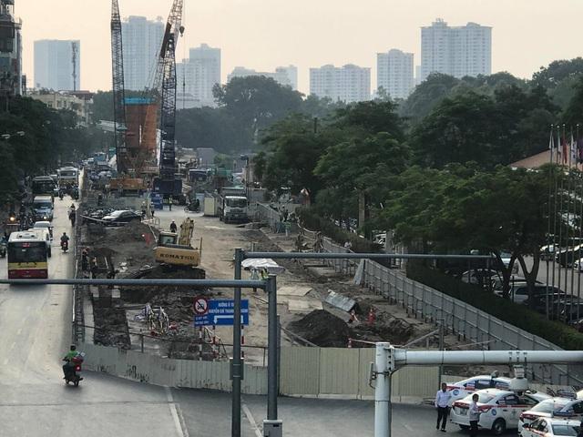 Hàng cây xanh trước cổng khác sạn Daewoo đã được đánh chuyển và chặt hạ