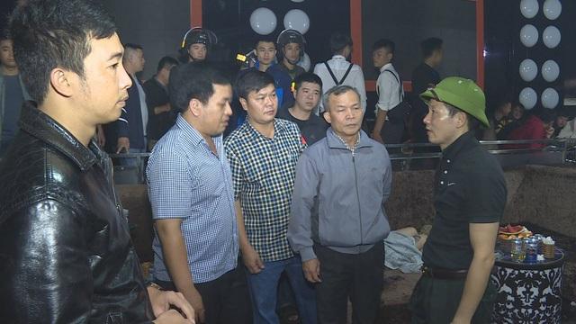 Đại tá Vũ Hồng Văn (đội mũ cối) - Giám đốc Công an tỉnh Đắk Lắk trực tiếp chỉ đạo xử lý vụ việc