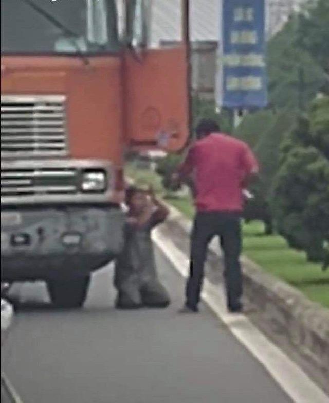 Hình ảnh tài xế xe container dùng dao đe dọa khiến đồng nghiệp phải quỳ lạy xin tha (ảnh cắt từ clip)