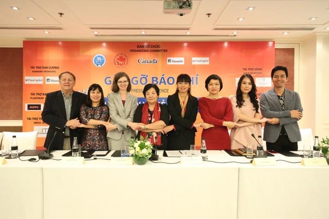 Đại sứ Canada tại Việt Nam Deborah Paul (thứ ba từ sái sang) và các nhà tổ chức tham gia cuộc họp báo chiều ngày 26/11