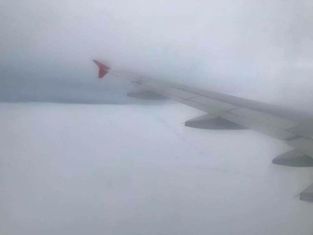 Ảnh chụp bầu trời từ bên trong chuyến bay VJ892 từ Thái Lan về TPHCM (ảnh: Nguyễn Thiên H.)