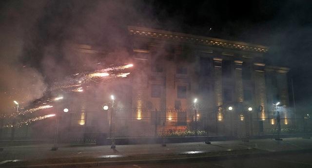 Những phần tử quá khích ném bom khói và pháo sáng vào Đại sứ quán Nga ở Ukraine (Ảnh: Sputnik)