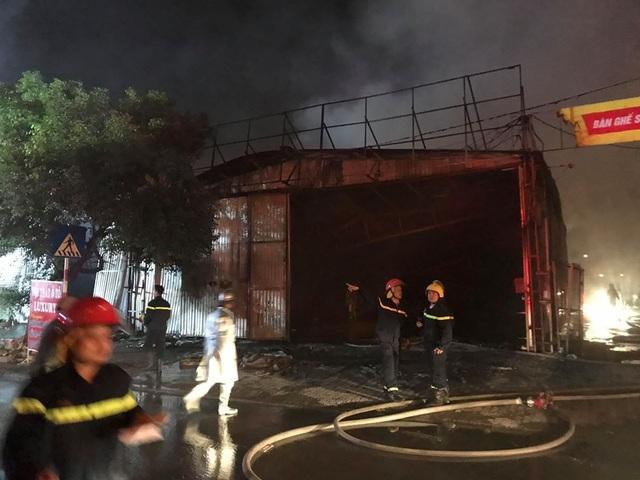 Hà Nội: Gara ô tô bùng cháy dữ dội trong đêm - 4